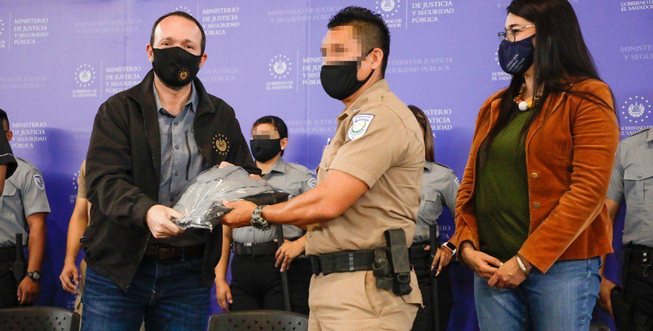 Ministro Gustavo Villatoro entrega más de 2 mil uniformes a personal de seguridad penitenciaria