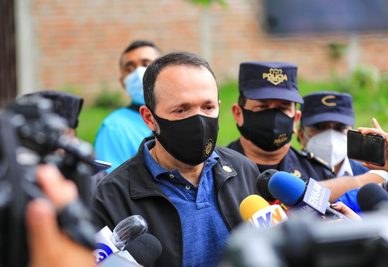 Ministro Gustavo Villatoro verifica escena de múltiple homicidio y confirma captura de principal imputado